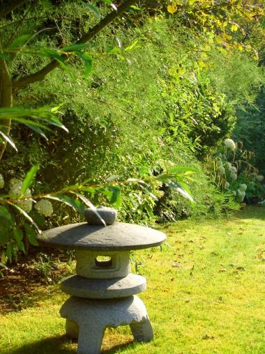 La lanterne japonaise en pierre invite  l'évasion, Bures-sur-Yvette