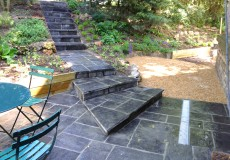Escalier et terrasse dallée