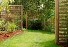 Les panneaux disposés en alternance permettent de rompre l'effet couloir du jardin, Bures-sur-Yvette