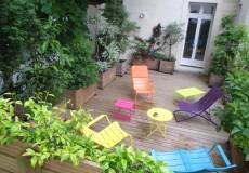 Terrasse bois, bac bois et mobilier coloré