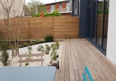 Réalisation jardin comprenant platelage en thermofrêne, massifs et paillage, éclairage et arrosage automatique, à Clamart