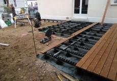 Pose sur plots plastiques et rail alu d'un platelage bois