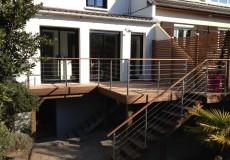 Terrasse bois en surélévation comprenant escalier et garde-corps