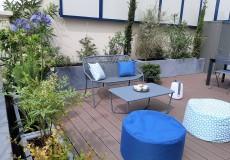 Aménagement d'une terrasse au Plessis-robinson; ambiance méditerranéenne, touche bleutée, mobilier Fermob, coussins et pouf Toiles & Voiles